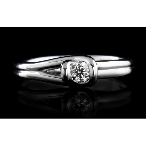 Ring of 18К gold, with a central diamond at your choice.