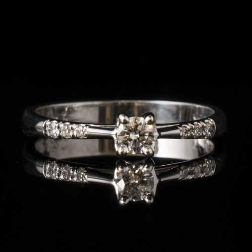 Engagement ring made of 14K gold with 7 diamonds with a weight 0.18ct