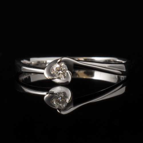 Ring of 18K gold, 1 diamond with a total weight of 0.057ct.