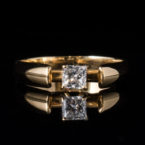 Ring of 18K gold and a diamond with a weight of 0.30ct.