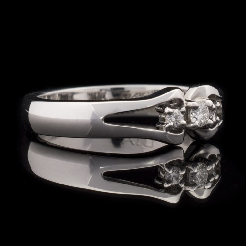 Пръстен 18К злато, 3 диамант с общо тегло 0.10ct.