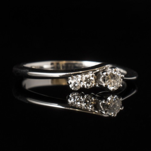 Engagement ring of 14К gold, 1 diamond with a weight of 0.10ct and 2 diamonds with a weight of 0.034ct.
