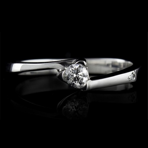 Engagement ring of 14K gold, 1 diamond with a total weight of 0.074ct.