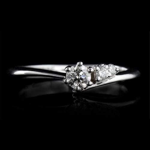 Пръстен 14К злато, 1 диамант с тегло 0.10ct и 2 диаманта с тегло 0.034ct.