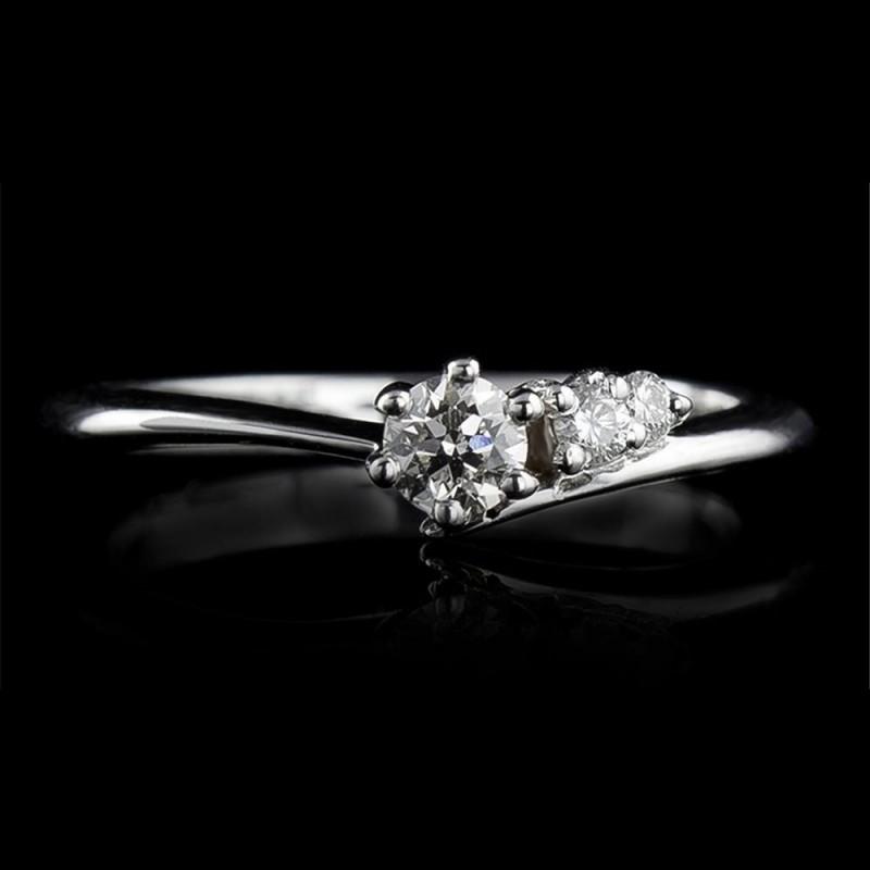 Годежен пръстен 14К злато, 1 диамант с тегло 0.10ct и 2 диаманта с тегло 0.034ct.
