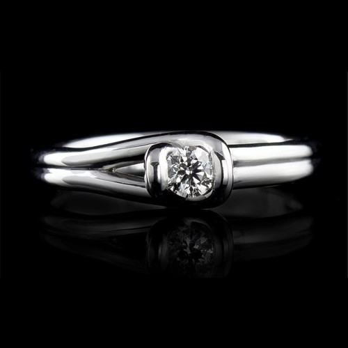 Engagement ring of 18K gold, 1 diamond with a total weight of 0.122ct.