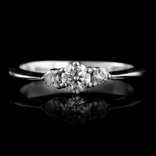 Годежен пръстен 18К злато, 1 диамант с тегло 0.257ct и 2 диаманта с тегло 0.096ct.