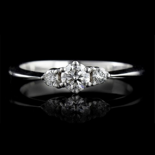 Пръстен 18К злато, 1 диамант с тегло 0.257ct и 2 диаманта с тегло 0.096ct.