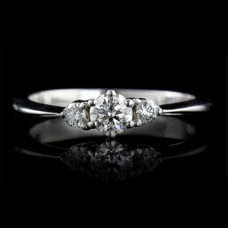 Ring of 18К gold, 1 diamond with a weight of 0.257ct and 2 diamonds with a weight of 0.096ct.