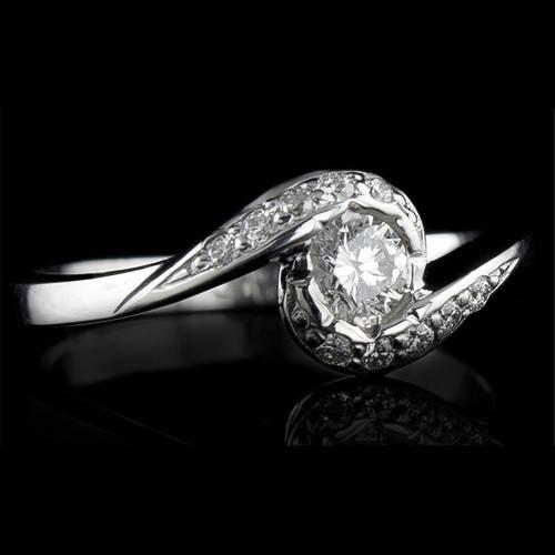 Пръстен 18К злато, 1 диамант с тегло 0.17 и 10 диаманта с тегло 0.07ct.