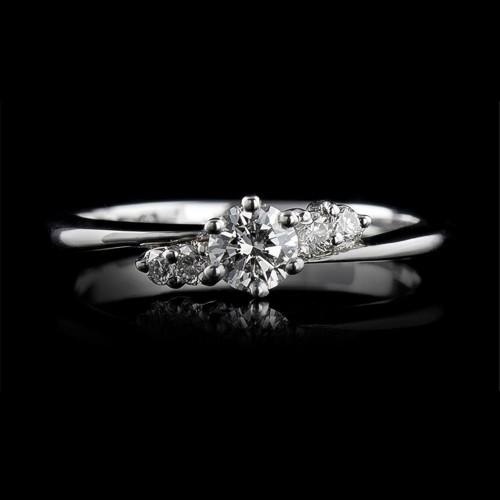 Пръстен 18К злато, 1 диамант с тегло 0.302ct и 4 диаманта с тегло 0.108ct.