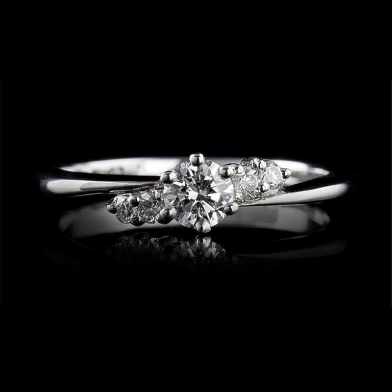 Engagement ring of 18К gold, 1 diamond with a weight of 0.302ct and 4 diamonds with a weight of 0.108ct.