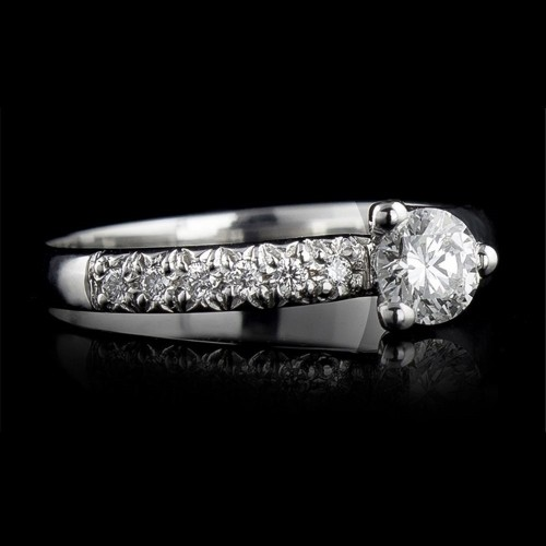 Ring of 18К gold, 1 diamond with a weight of 0.3ct and 6 diamonds with a weight of 0.06ct.