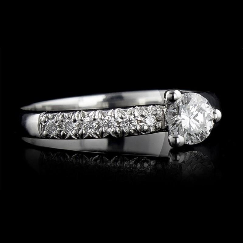 Пръстен 18К злато, 1 диамант с тегло 0.3ct и 6 диаманта с тегло 0.06ct.