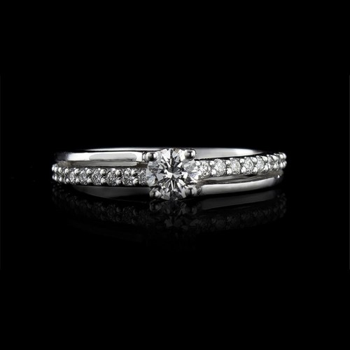 Engagement ring of 18К gold, 1 diamond with a weight of 0.29ct and 20 diamonds with a weight of 0.14ct.
