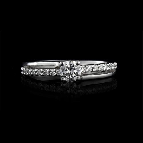 Пръстен 18К злато, 1 диамант с тегло 0.30ct и 20 диаманта с тегло 0.14ct.