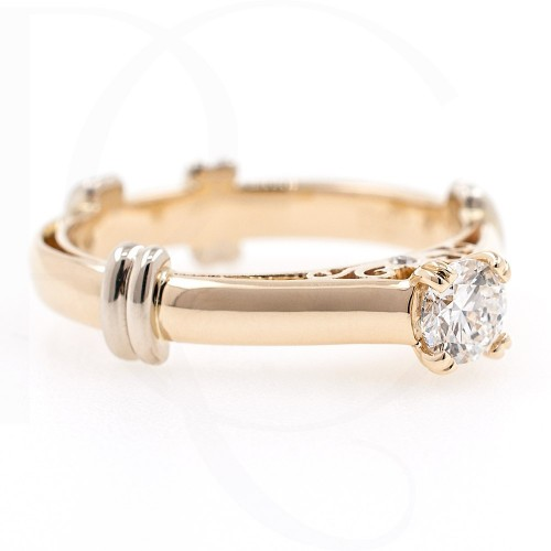 Engagement ring of 18K gold with diamond 0.30ct