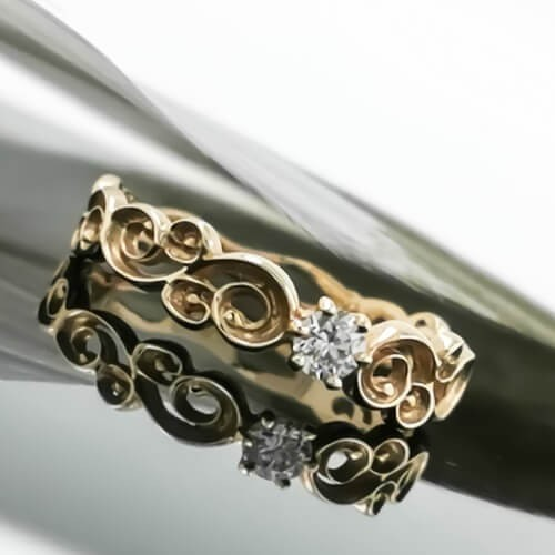 Engagement ring of 14K gold and 1 diamond with a weight of 0.10ct.