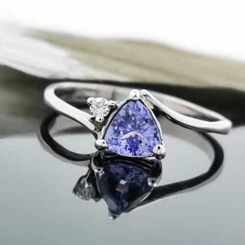 Ring of 14K gold with Tanzanite 0,50 ct and 2 diamonds with total weight of 0.02ct.
