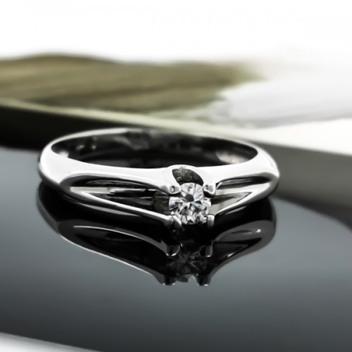 Годежен пръстен 18К злато, 1 диамант 0.10ct.