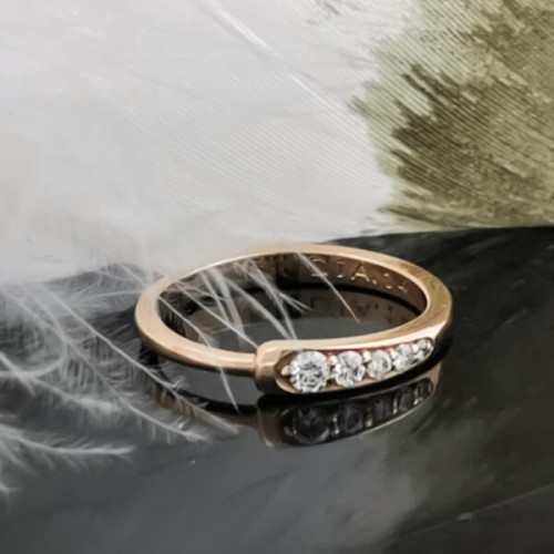 Engagement ring of 14K gold, 5 diamonds with a total weight of 0.14ct