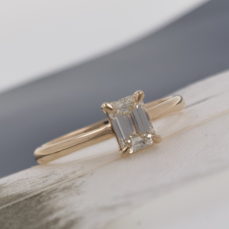 Ring of 18K gold, 1 diamond with a weight of 0.40ct